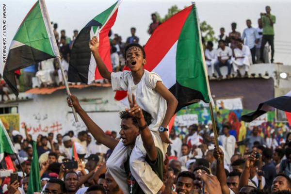فرح السودان.. المجلس العسكري وقوى الحرية والتغيير يوقعان على الوثيقة الدستورية