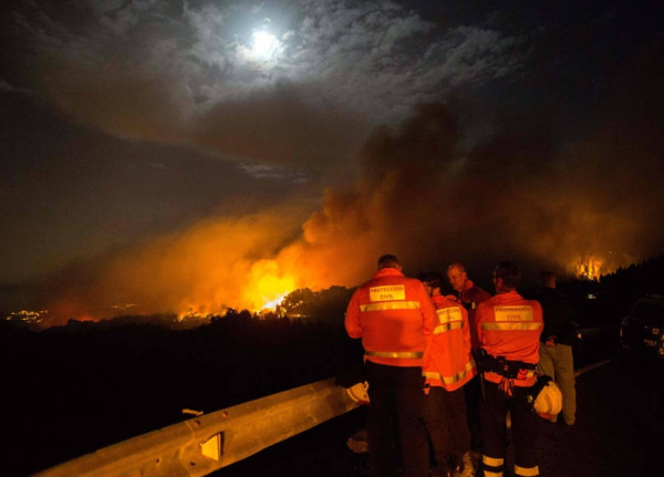 """""""غادروا المنطقة""""... حريق جديد في كبرى جزر الكناري الإسبانية"""