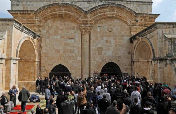 الاحتلال يقتحم مصلى باب الرحمة ويعبث بمحتوياته