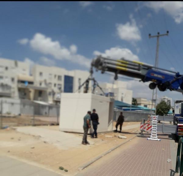 """بالصور: نشر """"ملاجئ متنقلة"""" بمواقع مختلفة جنوب إسرائيل"""