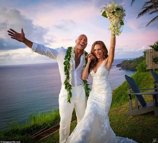 """استوحي اطلالة فستان زفافك من عروس """"ذا روك"""""""