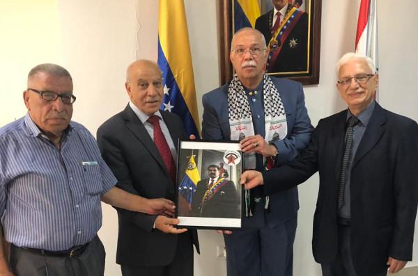 وفد قيادي من الجبهة الديمقراطية يزور السفارة الفنزويلية متضامناً