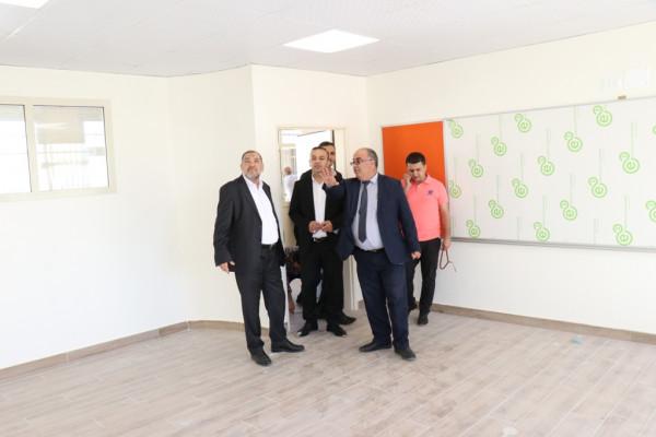 رئيس بلدية الخليل ومدير التربية والتعليم يتفقدان سير العمل في عدة مدارس