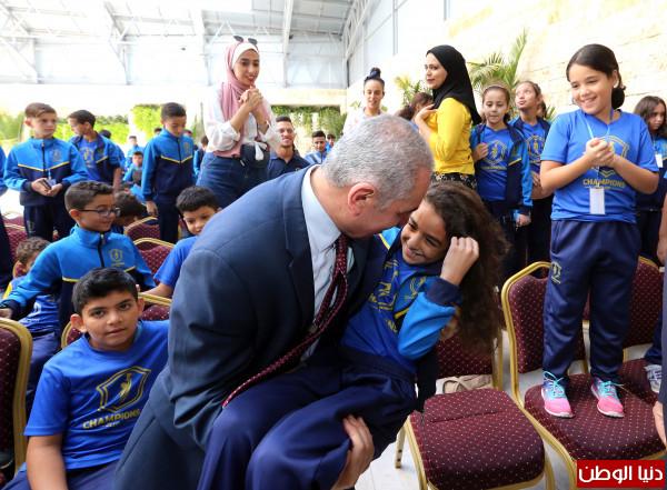 """صور: اشتية يلتقي بأطفال نادي """"تشامبيونز"""" من قطاع غزة"""