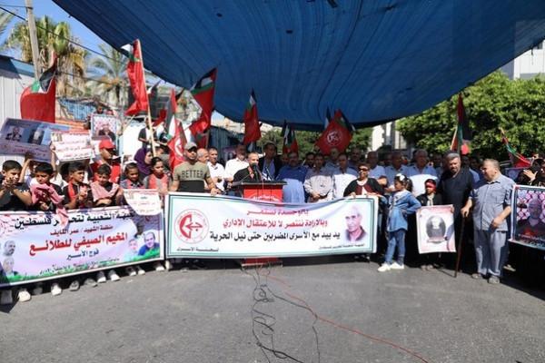 الشعبية في غزة تنظم وقفة حاشدة تضامناً مع الإداريين