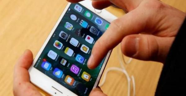 """تجربة تقنية على """"آيفون 7"""" يدفع هيئة الاتصالات الأميركية إلى التحرك بالتحقيق"""