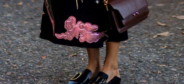 أفكار لارتداء أحذية مسطحة تحقق الراحة والأناقة خلال العمل