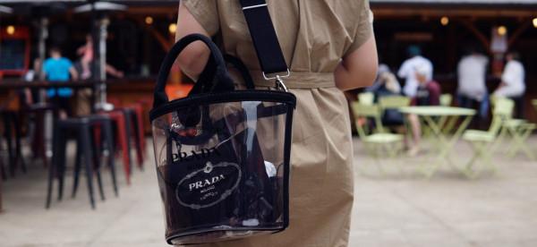 النساء يتخلين عن غموضهن مع حقيبة اليد الشفافة