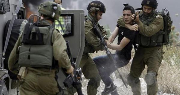 قوات الاحتلال تعتقل ثلاثة فلسطينيين من الطيبة بزعم حيازتهم اسلحة