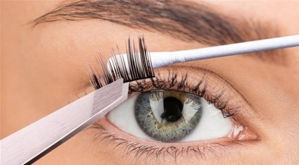 الرموش الصناعية المتسخة تهدد صحة عيونك