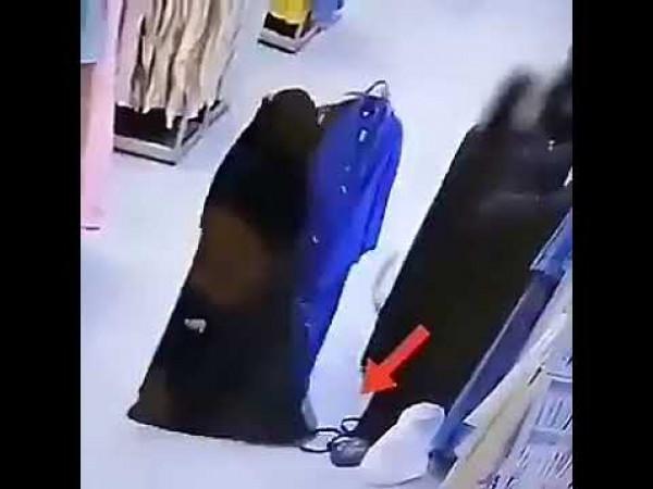 """شاهد: حيلة ماكرة من امرأة """"منتقبة"""" لسرقة حقيبة في أحد المولات"""