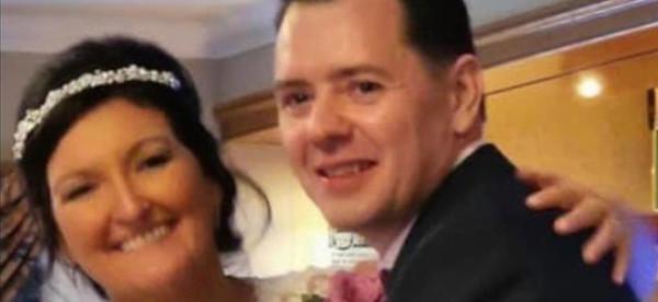 سقط على رأسه يوم زفافه.. ولم يتعرّف إلى عروسته
