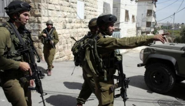 قوات الاحتلال تفتش عدداً من منازل المواطنين في مدينة الخليل