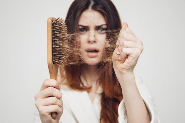 تنظيف فرشاة الشعر بخطوات سهلة