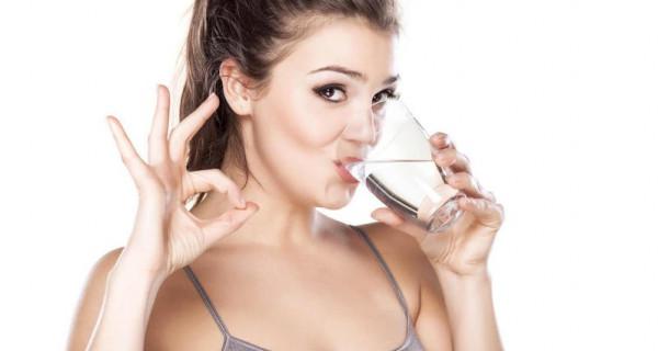 هذا ما يفعله نقص الماء ببشرتك