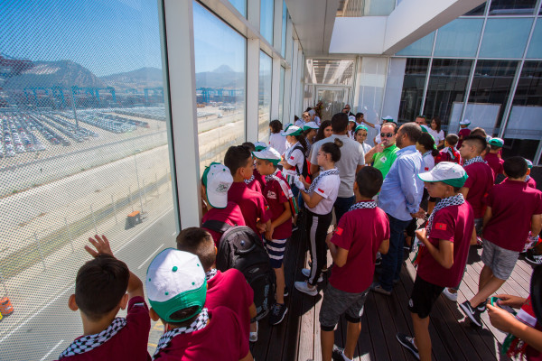 أطفال القدس يزورون ميناء طنجة المتوسط بالمملكة المغربية
