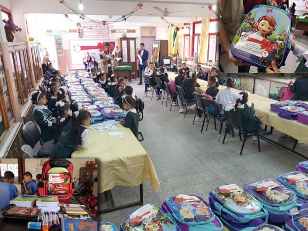 """""""عطاء فلسطين"""" تنفذ حملة توزيع حقائب وقرطاسية مدرسية بخانيونس"""