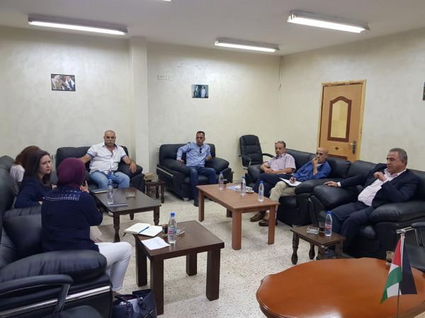 نائب مدير العمليات بوكالة الغوث الدولية يزور الجنة الشعبية لخدمات مخيم بلاط