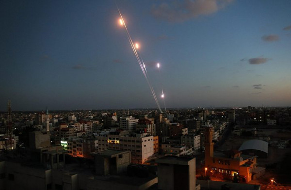 شاهد: إطلاق 5 صواريخ تجاه مستوطنات الغلاف والاحتلال يقصف أهدافاً بالقطاع   دنيا الوطن