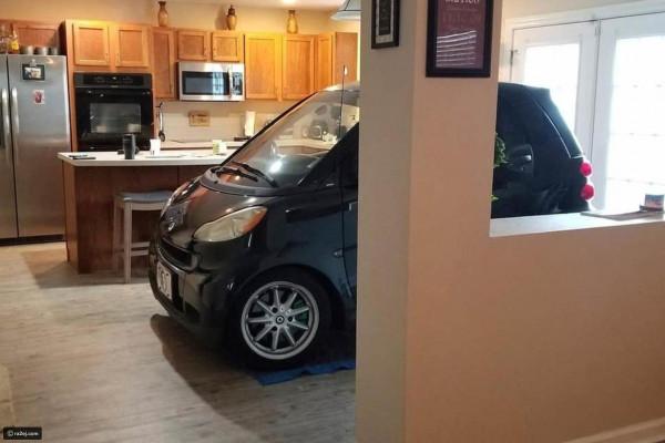 رجل يبتكر طريقة طريفة لحماية سيارته من الإعصار.. هكذا وضعها