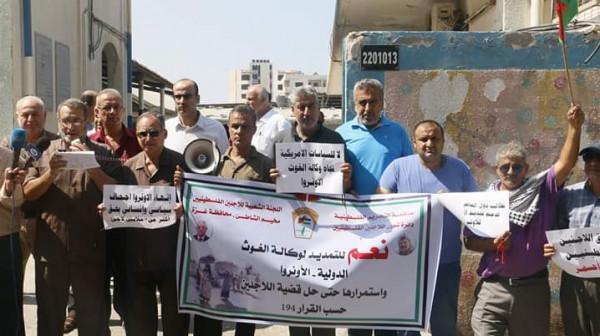 بالصور: اللجنة الشعبية للاجئين-مخيم رفح تنظم وقفة تضامنية مع (أونروا)