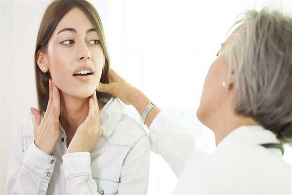 تورم طبيعي أم خطير؟ 6 علامات تنذرك بسرطان الغدة الدرقية