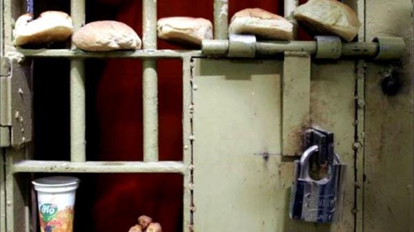 """(22) أسيراً بسجن """"ريمون"""" يشرعون بالإضراب عن الطعام والإدارة ترد بالاقتحام"""