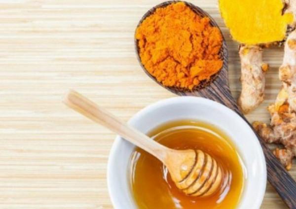 مضاد حيوي منزلي من الكركم والعسل.. هنا الطريقة وفوائد العشبة الفريدة