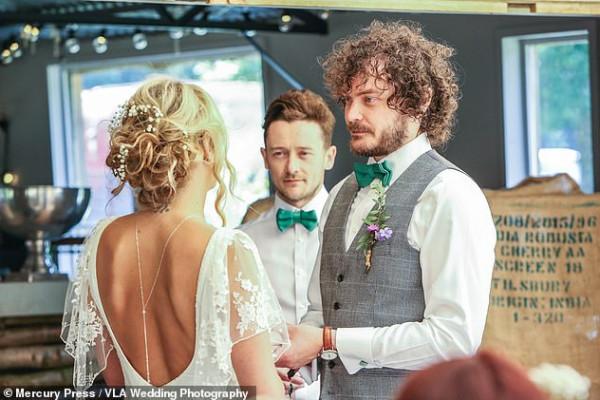 شاهد ما فعلته امرأة بفستان زفافها
