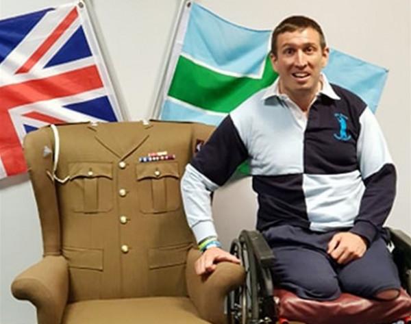 رجل يحول الملابس العسكرية لقطع أثاث مميزة