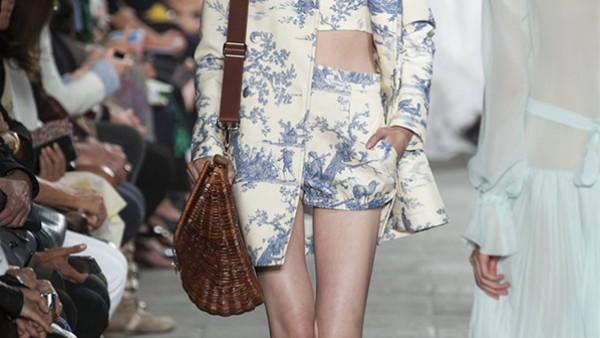 اتجاهات الموضة فى نيويورك تجمع بين الملابس الجلد والجينز بألوان مثيرة