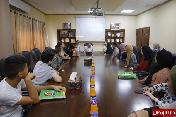 رئيس بلدية (قلقيلية) يلتقي وفدا من طلاب برنامج العمل التطوعي المجتمعي