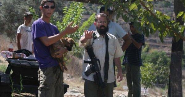 مستوطنون يُهاجمون منازل المواطنين بالحجارة شرق الخليل