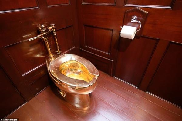 شاهد قصة المرحاض الذهبي الذي شغل العالم