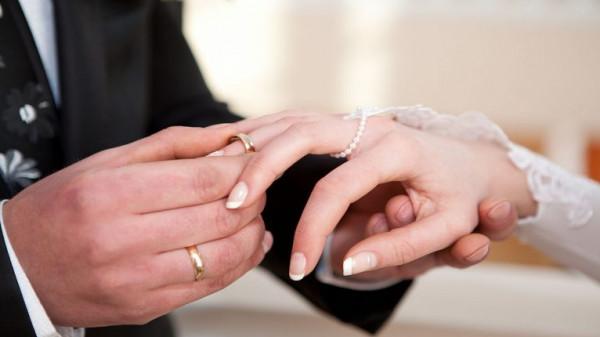 عريسان يرسلان دعوة زفاف صادمة للمدعوين