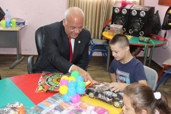 صائب عريقات يزور مركز بلدية اريحا المجتمعي لاطفال ذوي الإعاقة