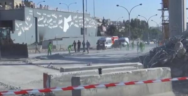 شاهد: تحويلات وإغلاقات في الطرق بعد انهيار وصلة جسر بعمان