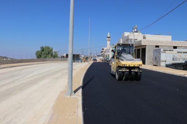 بلدية الخليل تعيد تأهيل المدخل الشمالي الغربي وتُعبّده