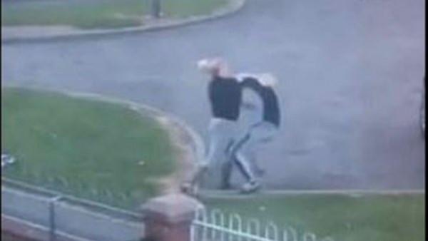 شاهد: مشاجرة مميتة بين أم وابنتها أمام منزلهما