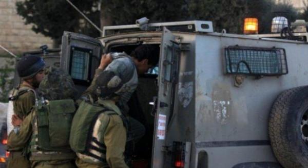 الاحتلال يعتقل شابين قرب قلقيلية