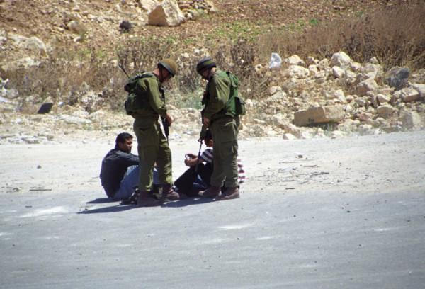 الاحتلال يعتقل فتييْن في سلواد ويُداهم منازل في دير نظام