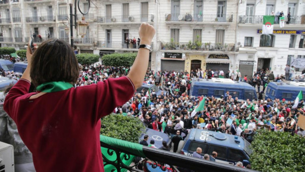 الرئيس الجزائري يأمر بمنع الحافلات والعربات من نقل متظاهرين إلى العاصمة