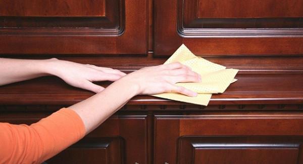 طريقة تنظيف أثاث منزلك الخشبي في 5 خطوات