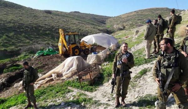 الاحتلال يخطر بوقف العمل في منشآت سكنية وحظائر أغنام بالأغوار الشمالية