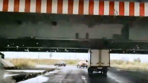 """شاحنة مرت تحت """"جسر الغباء"""" و""""رفعت اللعنة"""""""