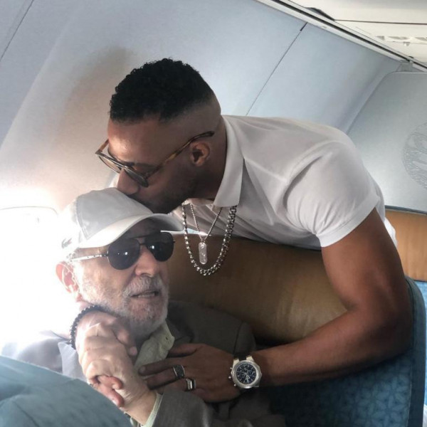 من الفنان الذي قبّل محمد رمضان رأسه في الطائرة؟