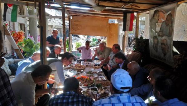 السفير عبد الهادي واللجنة الشعبية لمخيم اليرموك يتفقدون الاهالي داخل المخيم