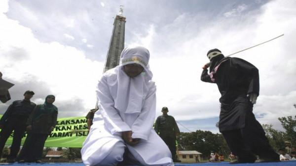 في أندونيسيا.. جلد أزواج بسبب مافعلوه علناً