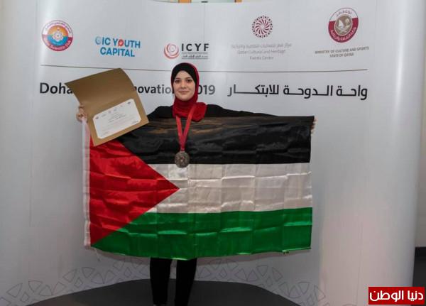 """فوز خريجة من الكلية الجامعية للعلوم التطبيقية بالميدالية الفضية بمسابقة """"واحة الدوحة"""""""