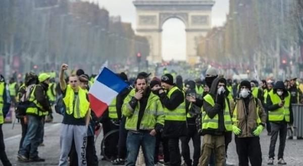الشرطة الفرنسية تعتقل العشرات من محتجي السترات الصفراء في باريس